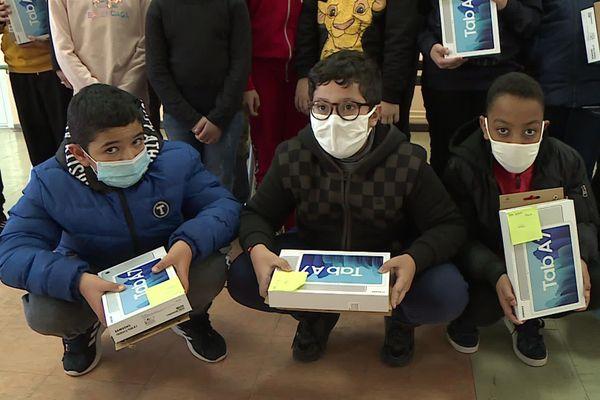 """Prêt de tablettes numériques pédagogiques à des écoliers de Montpellier dans le cadre du projet """"cité éducative"""""""