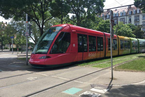 Le tramway arc-en-ciel circule notamment sur la ligne B, du nord au sud de l'Eurométropole de Strasbourg.