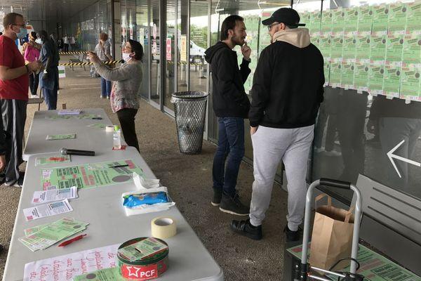 Des messages de soutien aux soignants en première ligne pendant l'épidémie de covid-19 ont été apposés sur la façade du centre hospitalier William-Morey, à Chalon-sur-Saône, en Saône-et-Loire, samedi 13 juin 2020.