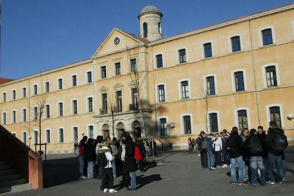 L'entrée principale de l'établissement varois.