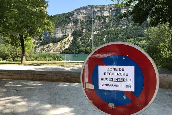 Des recherches menées au lac de Nantua par les gendarmes pour retrouver deux personnes disparues... la plage a été fermée pendant les recherches. Le lac de Nantua peut aller jusqu'à 43 mètres de profondeur sur 140 hectares.