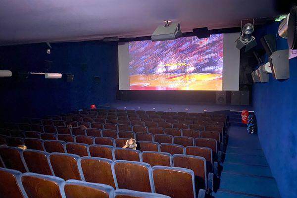Au Royal, cinéma situé à Saint-Max (Meurthe-et-Moselle), les séances se déroulent dans une limite de 49 personnes, en revanche pas de passe sanitaire obligatoire à l'entrée.