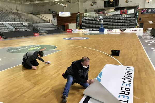 Les bénévoles du Landerneau Bretagne Basket en pleine préparation de la salle de la Cimenterie