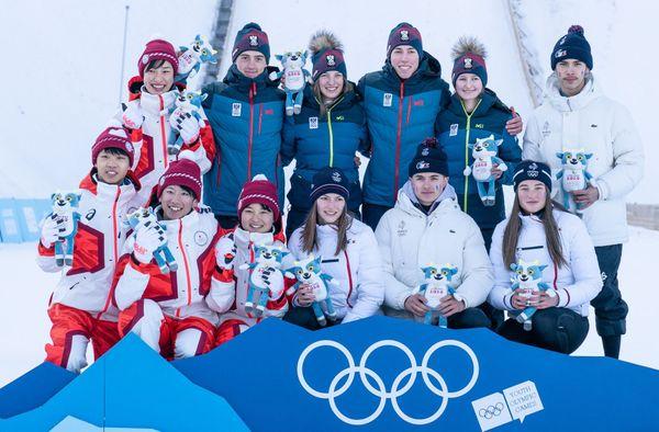 Le podium du saut à ski par équipes mixtes