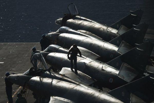 Le porte-avions français Charles de Gaulle a effectué dimanche d'ultimes exercices d'entraînement, en Méditerranée orientale .