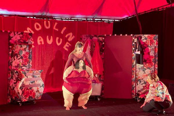 Le spectacle Moulin Fauve, dans le cadre du Off de rue du Festival mondial des marionnettes de Charleville-Mézières, le 19 septembre 2021.
