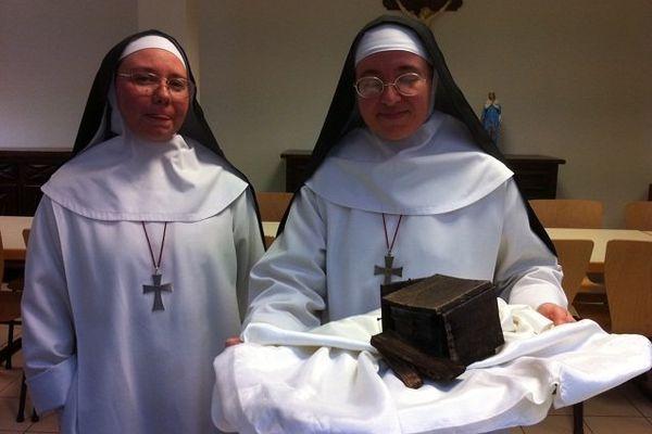Les soeurs de la communauté Carmélitaine de la basilique Saint-Martin de Tours avec la boîte des réliques