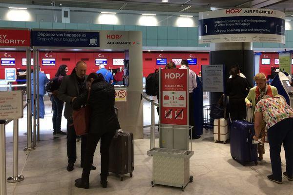 Des membres de la direction régionale d'Air France sont venus prêter main forte au personnel non-gréviste.