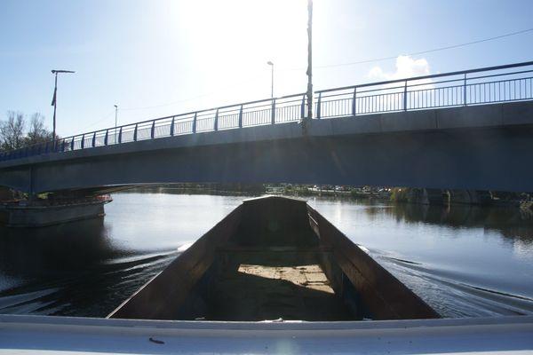 """Avec son bateau de 60 mètres, Pascal Malbrunot doit """"viser juste"""" pour franchir le nouveau pont de Pont-sur-Yonne (Yonne). D'autres bateliers sont contraints de lester leurs péniches."""