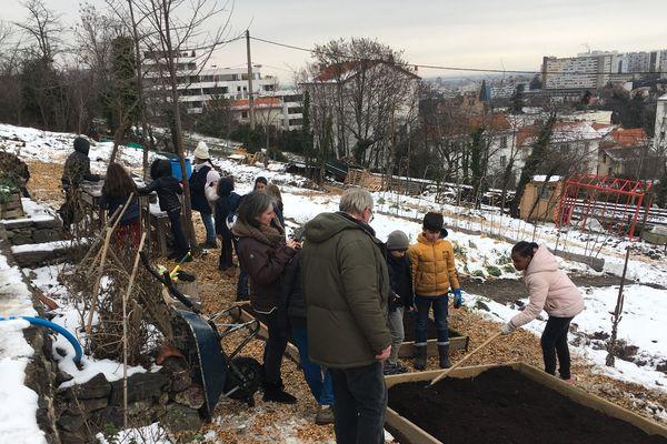 Revenir à la terre dans une ville comme Clermont-Ferrand ? C'est possible et c'est ce que cherche à faire Laurent Rhor avec sa ferme urbaine sur les coteaux. Depuis 2018, cet éco-citoyen a défriché 3 500 mètre carrés de terrain et les a mis en culture.
