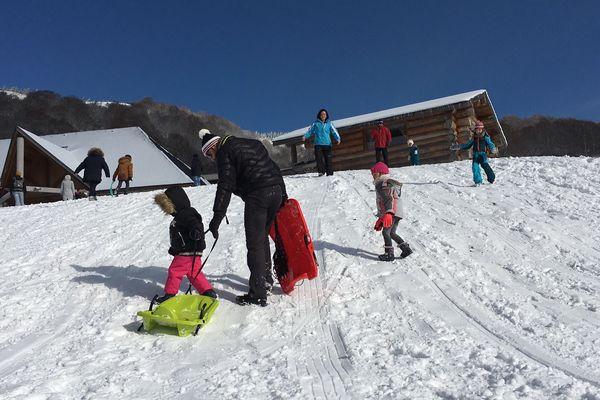 Les stations du Sancy ne sont pas encore ouvertes, mais les plus impatients sont déjà là pour profiter des premières neiges.