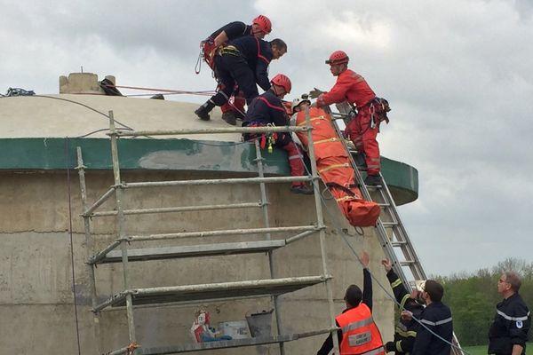 Le GRIMP en intervention pour secourir un ouvrier après un malaise dans un château d'eau.