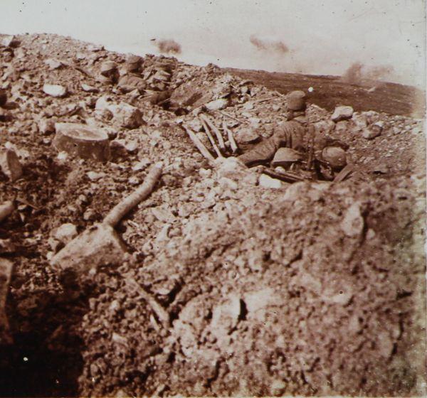 Aux Eparges : soldats français observant un bombardement.