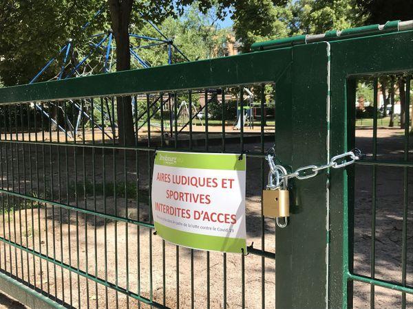 par mesure sanitaire, à Strasbourg, les aires de jeux pour enfants et les espaces fitness restent interdits d'accès jusqu'à nouvel ordre.