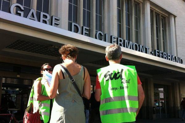 Un piquet de grève a été installé, jeudi matin, devant la gare SNCF de Clermont-Ferrand, à l'initiative de SUD-RAIL.