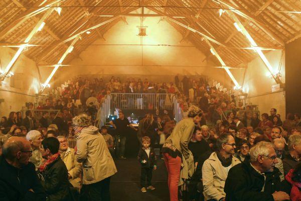 la salle du manège d'une capacité maximale de 600 places accueille le public mais aussi les professionnels du monde de la chanson française venus repérer les artistes