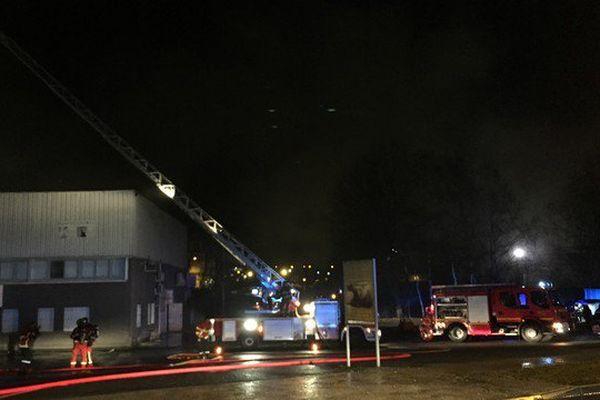 Le feu s'est déclaré sur le toit de l'entreprise de cosmétiques Arsène Valère.
