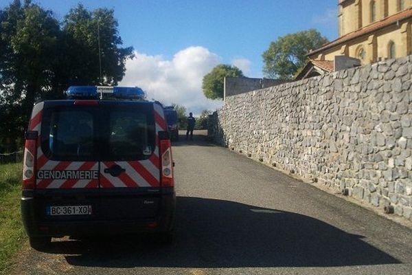 Le village est bouclé par les gendarmes