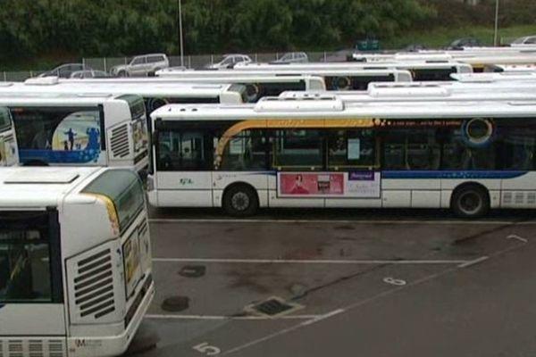 Hier, au 2ème jour de grève, aucun bus ne sortait du dépôt.