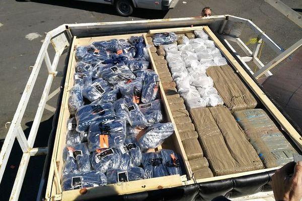 Les douaniers de Sète découvrent des contrefaçons, du cannabis et des clandestins dans un fourgon arrivant du Maroc.