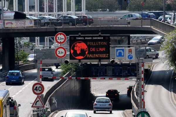 """Greenpeacedénonce ainsi la mauvaise qualité de l'air dans la cité phocéenne, """"lanterne rouge"""" entermes d'alternatives à la voiture."""