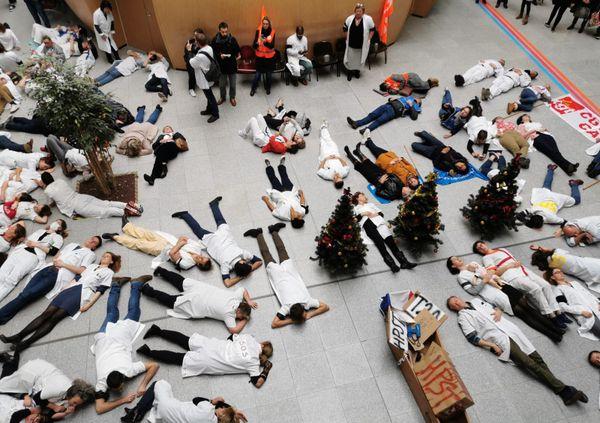 300 personnes ont assisté à l'enterrement de l'hôpital public dans le hall du CHU de Caen.
