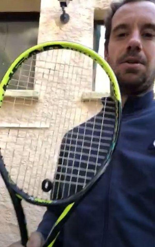 Richard Gasquet montre la raquette de sa victoire en Coupe Davis qu'il met en jeu - avril 2020.
