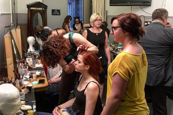 Maquillage, coiffage et habillage avant d'entrer en scène