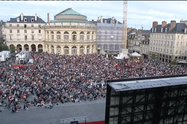 """La foule place de la mairie de Rennes pour la retransmission de """"La Cenerentola"""""""