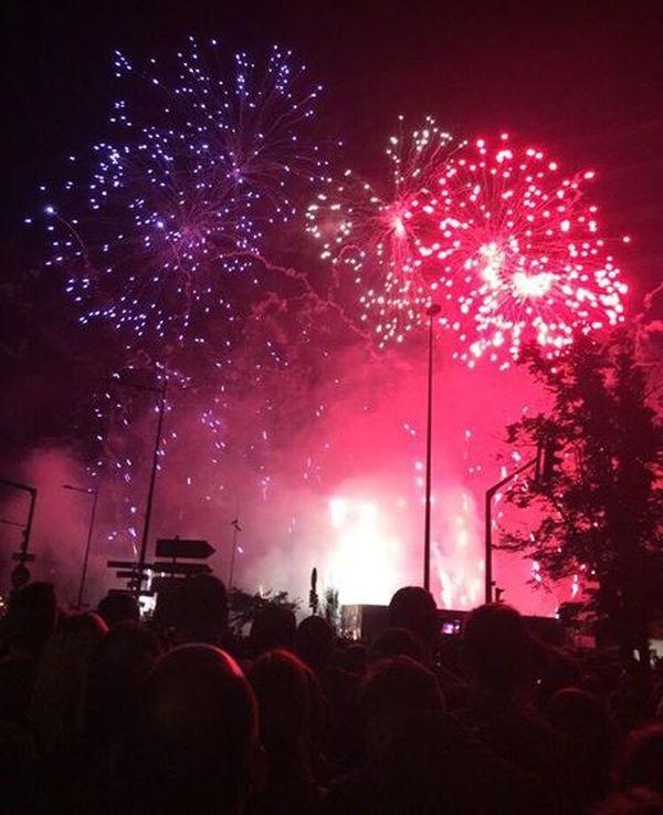 Le feu d'artifice strasbourgeois colore les cieux de la place de la Bourse à la manière du drapeau français.