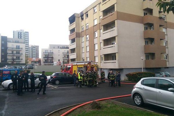 Le feu a pris le 6 octobre 2015 dans l'après-midi au cinquième étage de cet immeuble, rue du Torpilleur Sirocco à Clermont-Ferrand