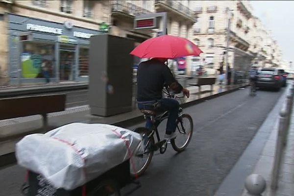 Des professionnels à vélo à Bordeaux