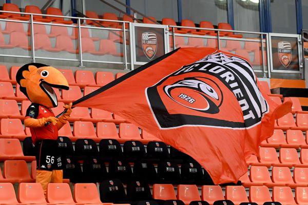 La mascotte  du FCL agite ses couleurs dans les tribunes d'un match à huis clos en décembre 2020