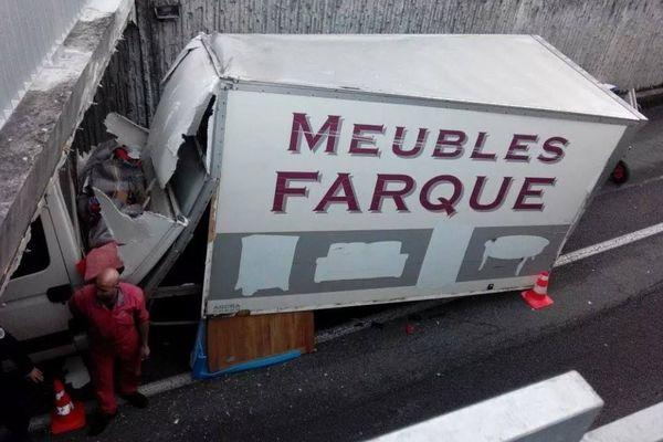 Un camion transportant des meubles, le pont Guillotin à Besançon