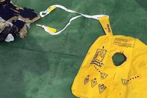 Des débris de l'A320 d'Egyptair, dont un gilet de sauvetage, retrouvés par l'armée égyptienne