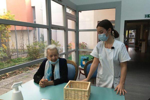 Dans cet EHPAD du Puy-en-Velay, Chloé, élève infirmière, connaît bien l'établissement, elle est opérationnelle pour s'occuper des résidents.