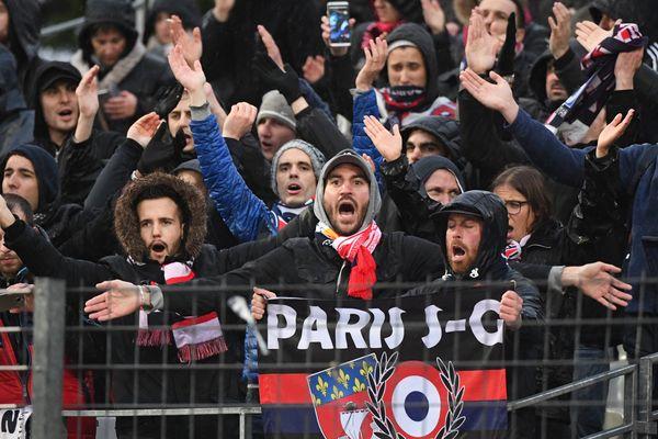 Des supporters parisiens chauds comme la braise lors du match Niort-PSG