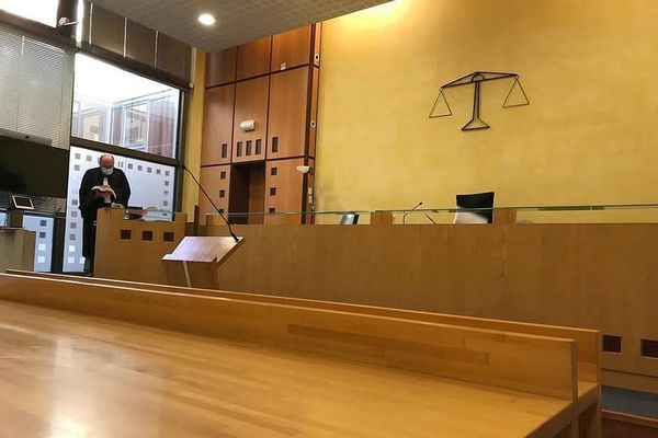 La salle d'audience du tribunal correctionnel de Nîmes avant le procès.