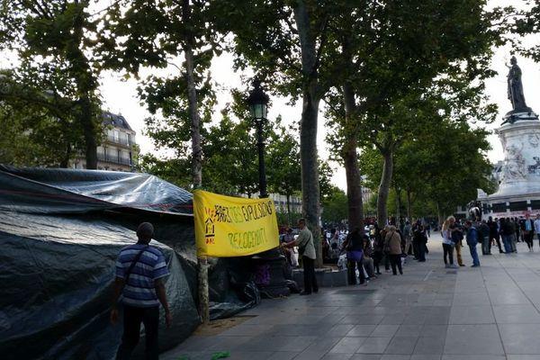 Une cinquantaine de familles expulsées ou menacées d'expulsions ont passé la nuit sous les bâches place de la République.