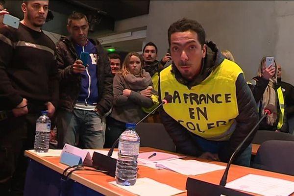 """Lundi 3 décembre, les gilets jaunes se sont invités au conseil communautaire de la Métropole, à Nîmes. Ils ont demandé de voter à main levée pour ou contre leur mouvement. """"Les citoyens sont dans la rue, où sont nos élus ?"""" Une action dans le calme."""