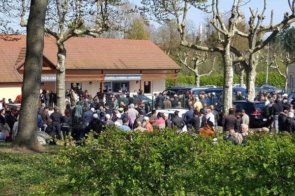Ils étaient aussi plusieurs centaines pour l'hommage aux trois autres tués dans l'accident, originaires d'Autun, devant les Pompes funèbres du Creusot.