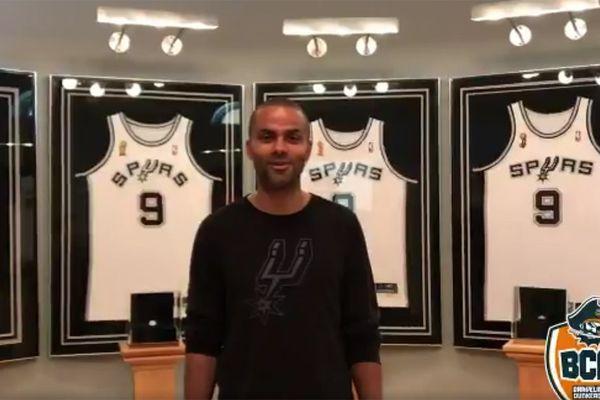 Tony Parker dans le vestiaire des Spurs pour enregistrer son message