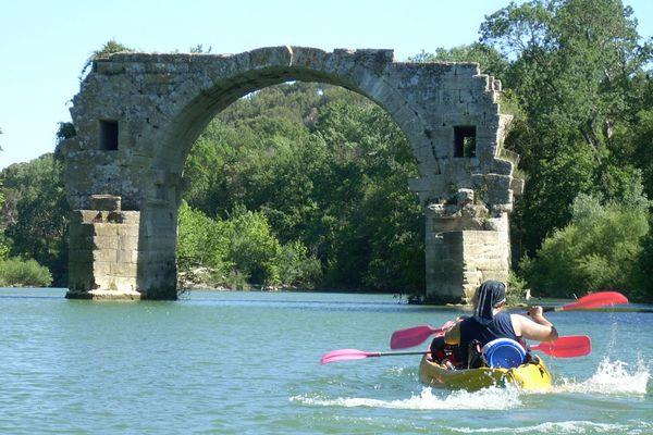Kayak sur le Vidourle près du pont Ambroix dans l'Hérault