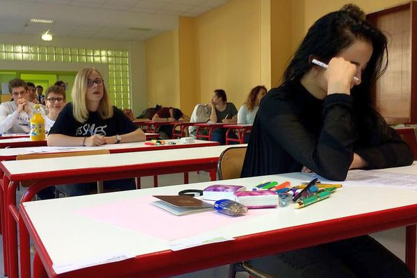 Devant le lycée Castel de Dijn, les lycéens arrivent pour passer leur première épreuve du baccalauréat