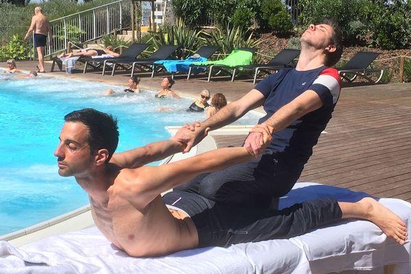 Un petit cobra, ça vous dit ? Les membres de l'équipe de France de massage s'entraînent entre eux à Balaruc-les-Bains, pour préparer les championnats du monde du genre, fin juin au Danemark.
