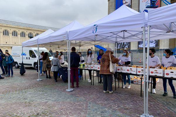 Des étudiants venant chercher leur colis alimentaire lors d'une distribution le 14 novembre 2020 à 10h. Crédit photo @Elie SAIKALI