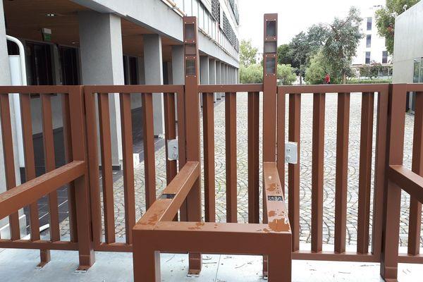 Le portique installé ces derniers jours à l'entrée du lycée les Eucalyptus de Nice.
