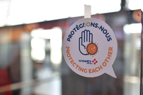 Protégeons-nous, slogan d'une campagne d'information à destination des passagers et usagers de la plateforme aéroportuaire.