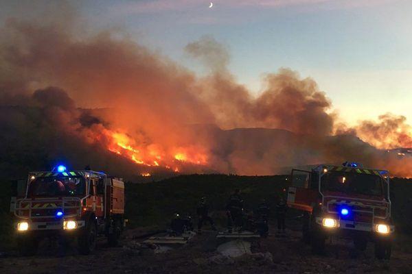L'incendie est aux portes des calanques, pas encore maîtrisé en début de nuit.