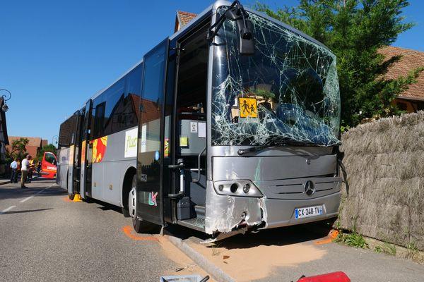 Un accident grave impliquant un bus scolaire et un camion s'est produit ce lundi 14 juin 2021 à Dietwiller dans le Haut-Rhin